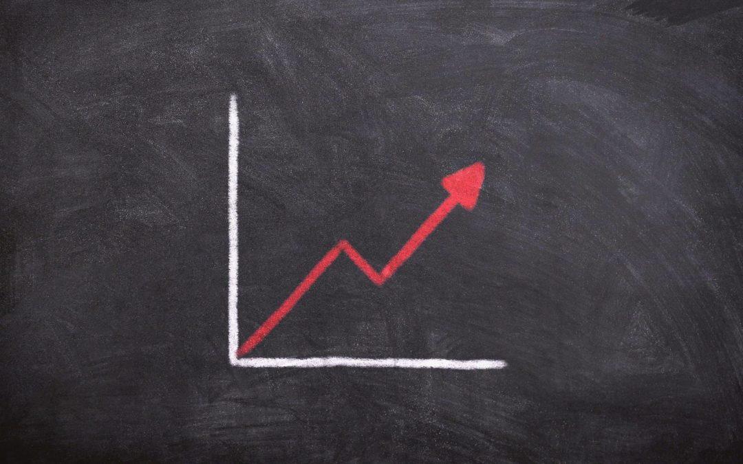 Die Analytics Kurve zeigt mit einem SEO Freelancer nach oben
